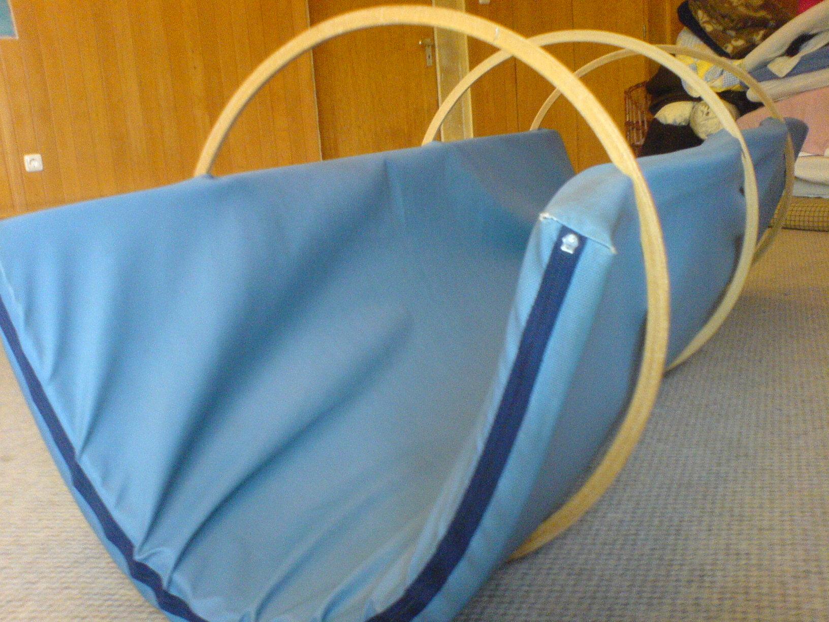 spiele bewegungsspiele wippe aus matten und reifen auf kita. Black Bedroom Furniture Sets. Home Design Ideas